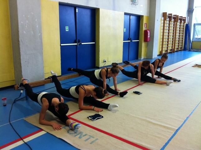 Alcune ginnaste del gruppo Ginnastica Per Tutti (GPT) si allenano per fare una buona spaccata