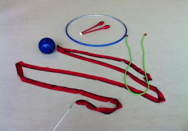 Gli attrezzi della ginnastica ritmica: palla, nastro, cerchio, clavette e fune