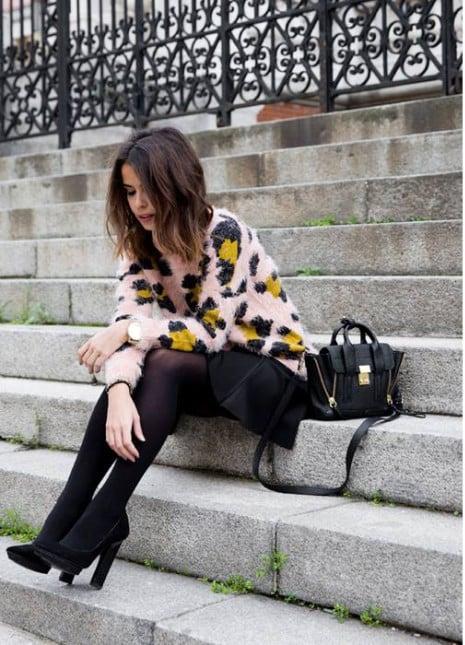 Morbido maglioncino in lana con stampa animalier da indossare con gonna nera e décolletée. Mango.