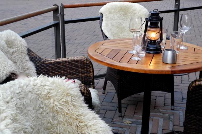 Mangiare all'aperto a Oslo, tra coperte e pelli di pecora