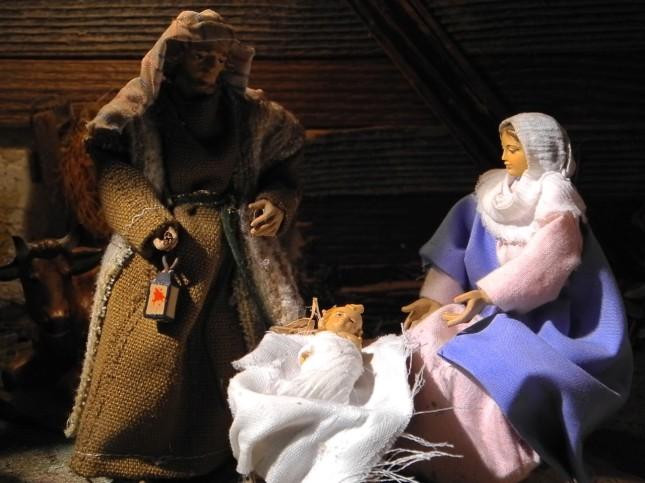 Le figure sono vestite con abiti realizzati a mano