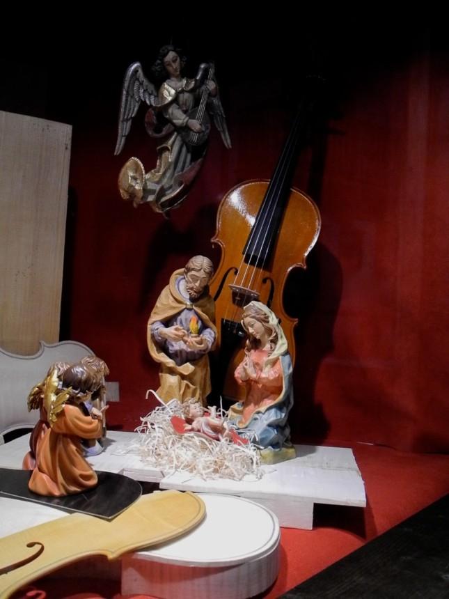 Un presepe per chi ama la musica… i violini sono realizzati col famoso abete rosso di Fiemme