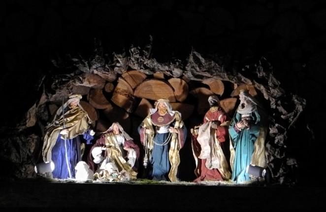 La grotta del presepe è stata ricavata in una catasta di legna da ardere