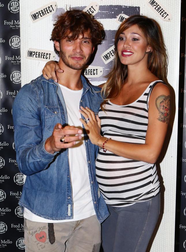 Belen Rodriguez e Stefano De Martino posano raggianti in occasione del lancio della linea di moda