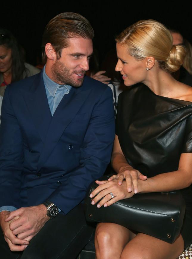 Michelle Hunziker e Tomaso Trussardi sorridono radiosi quasi come l'anello che compare al dito di Michelle. Idue sono ospiti alla sfilata Trussardi per la Milano Fashion Week P/E 2013