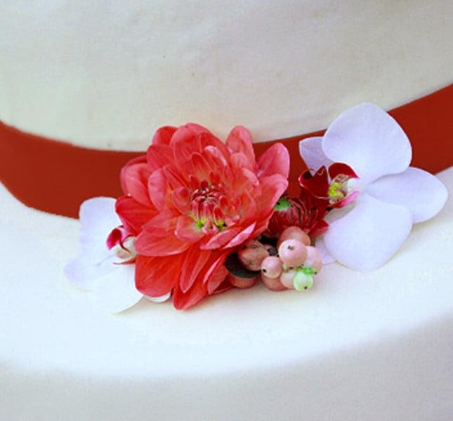 Fiori e nastri rossi anche sulla wedding cake! Foto e fiori di Fiori di Frida.