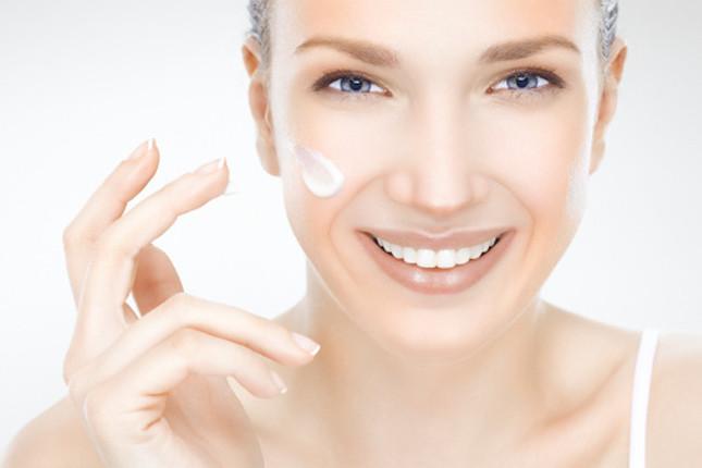 Pochi semplici gesti quotidiani: detergere il viso, applicare il tonico e stendere una buona crema antirughe. Primi step per contrastare l'invecchiamento della pelle