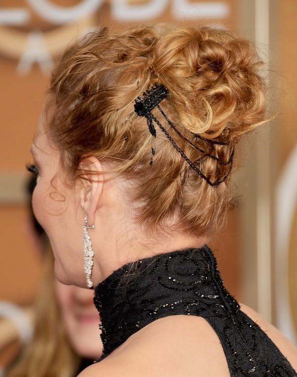 Chignon spettinato con i capelli arricciati e un fermacapelli che impreziosisce: questa la scelta di Uma Thurman per i Golden Globe