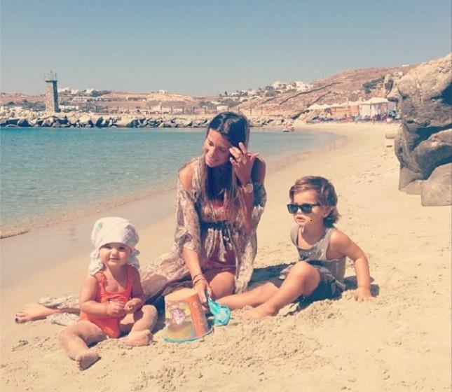 Claudia Galanti con i figli al mare