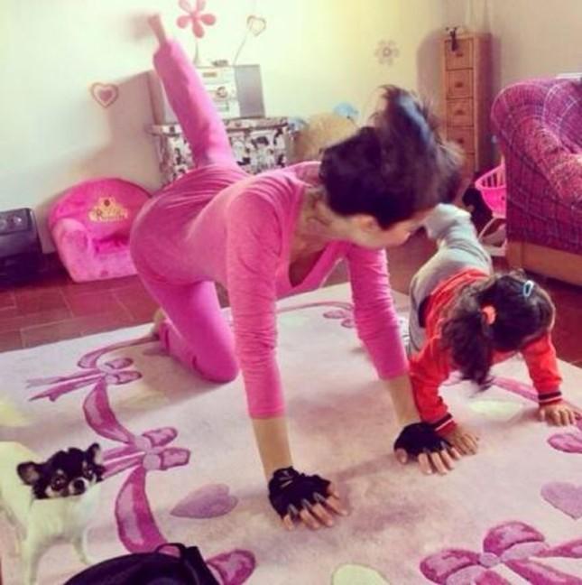 Laura Torrisi e la figlia Martina si allenano a casa