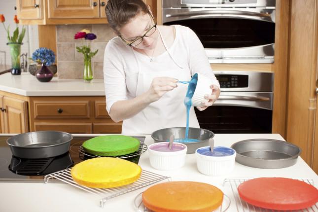Dividete l'impasto del pan di spagna in sei ciotole separate e in ognuna aggiungete un cucchiaino di un colore alimentare diverso.