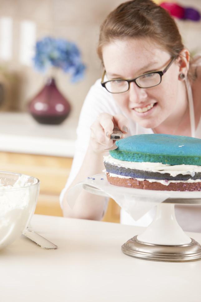 Continuate ad assemblare la torta alternando pan di spagna e farcitura.