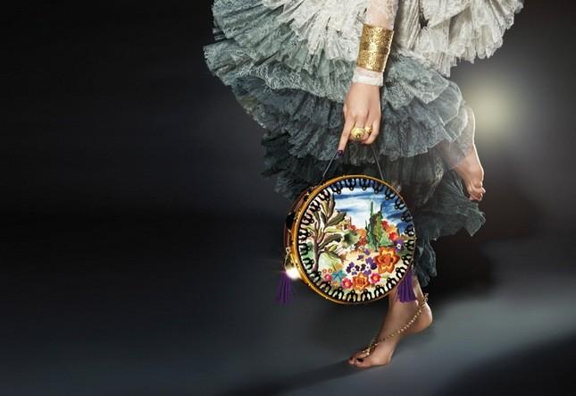Ispirazione gipsy ed eleganza misteriosa: è la collezione autunno inverno 2013-2014 di Braccialini. Nella foto la borsa Tamburello della linea Temi