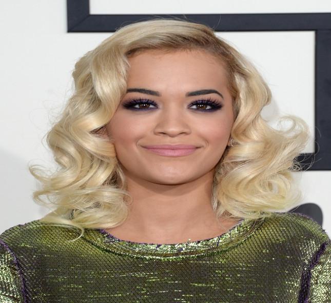 La cantante Rita Ora con un rixxio molto soft e retrò