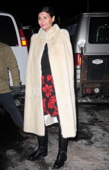 Giovanna Battaglia indossa una mantella bianca di pelliccia