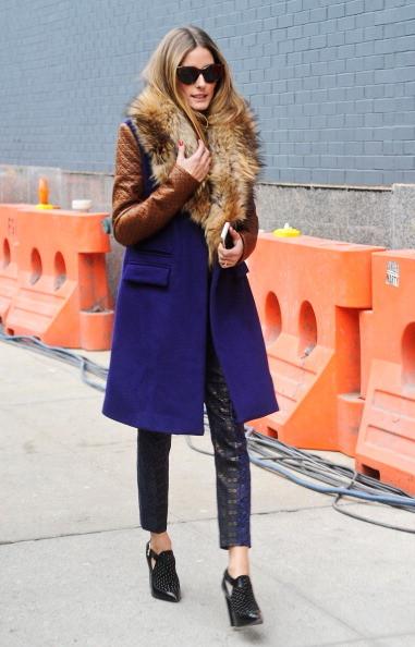 Olivia Palermo indossa un cappotto blu con dettagli in pelliccia