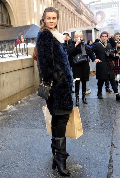 Modella indossa una pelliccia