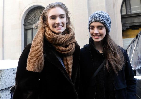 Modelle con sciarpe e berretti