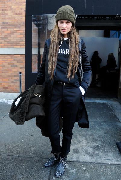 Modella indossa una felpa con pantaloni neri
