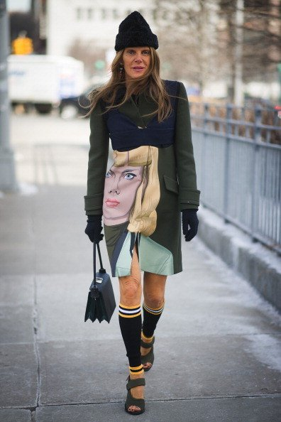 Anna Dello Russo indossa un cappotto con stampa  di Prada