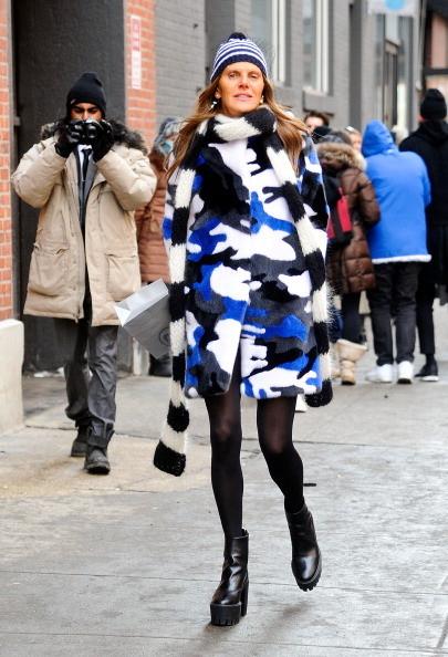 Anna Dello Russo indossa una pelliccia camouflage