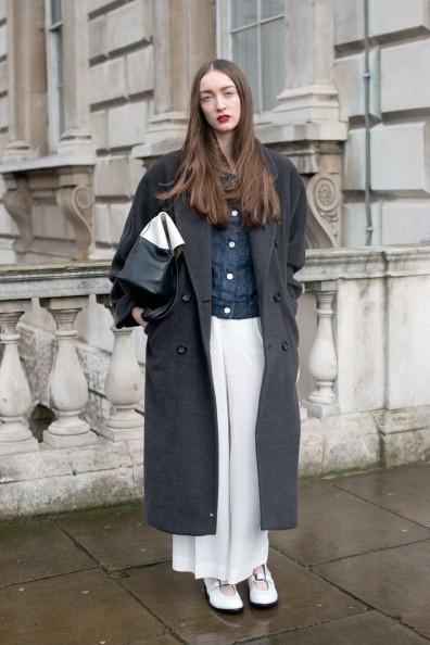 Cappotto grigio con pantalone bianco
