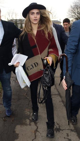 Cara Delevigne indossa una stola di Burberry