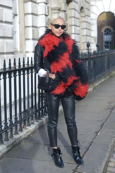 Sciarpone a righe nero e rosso con pantalone di pelle