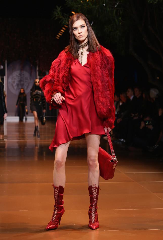 Satin rosso, taglio a sbieco. Pelliccia - Versace f/w 2014-2015