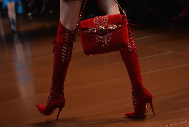 Stivali stringati e borsa con dettagli in metallo - Versace f/w 2014-2015