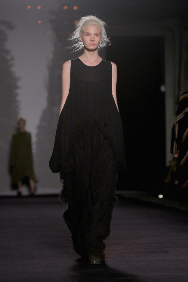 Un vestito che è tutto un drappeggio - Uma Wang f/w 2014-2015