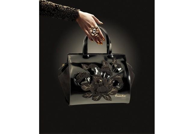 Chimera, bauletto nero intenso con motivi floreali a rilievo
