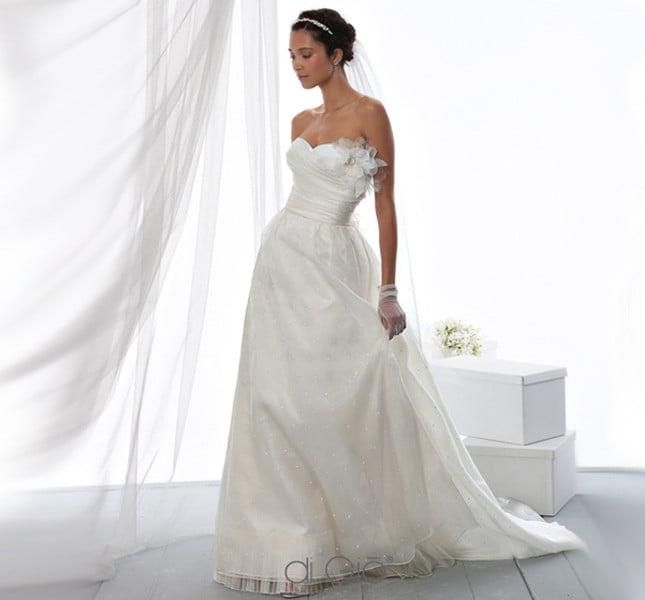 Linea semplice e sofisticata per l'abito Spose di Giò 2014