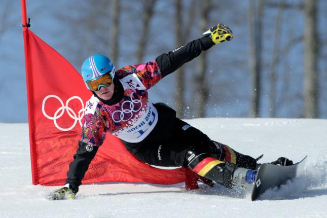 Uno spettacolare passaggio del tedesco Alexander Bergmann nella gara di snowboard gigante parallelo.