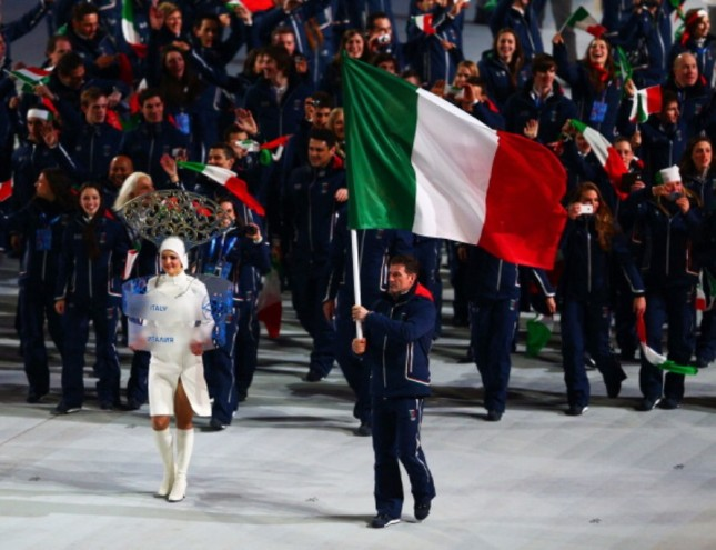 Armin Zoeggeler, alla sesta olimpiade, porta la bandiera italiana durante la cerimonia di apertura