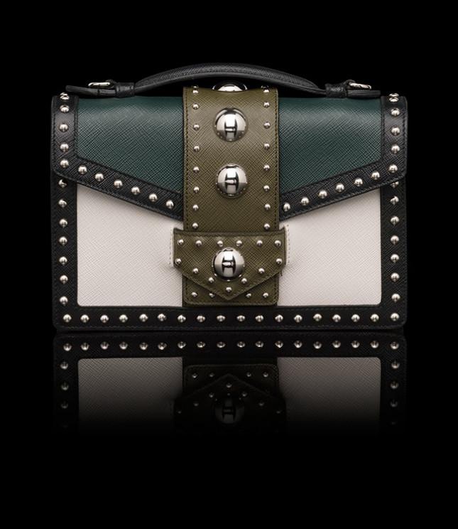 Pattina in saffiano con maniglia singola, tracolla rimovibile e regolabile in pelle con accessori in metallo e finitura in acciaio