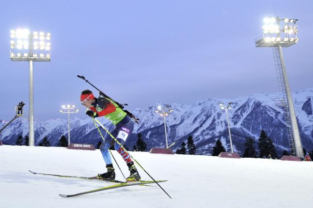 Lo spettacolo del biathlon, primordiale e selvaggio. Al buio, come quando nacque, cacciando sugli sci. Un passaggio del russo Evgeny Ustyugov