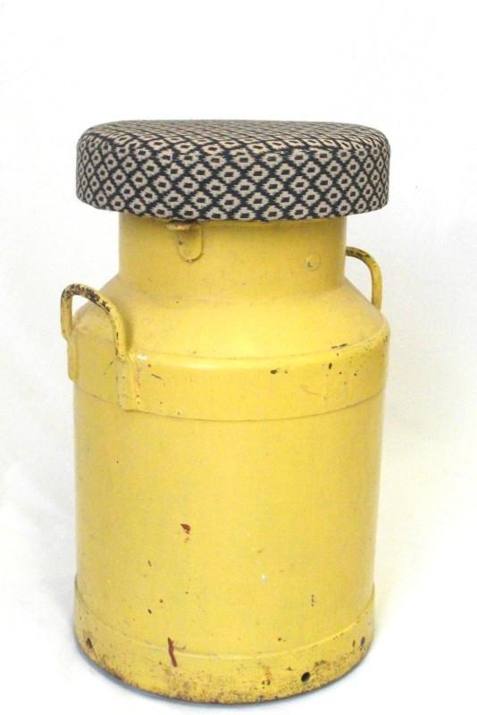 Bidone del latte giallo diventa uno sgabello