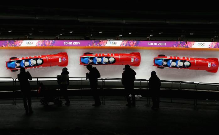Obiettivo aperto ed esposizione prolungata. Poi la sovrapposizione da cui si disegna la traiettoria del bob italiano sul toboga di Sochi.