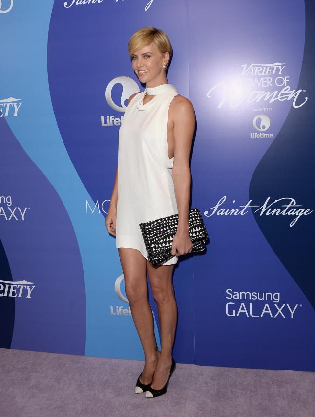 Charlize Theron indossa la Falabella bag di Stella McCartney in occasione dell'evento annuale Power Of Women presentato da Lifetime, lo scorso Ottobre