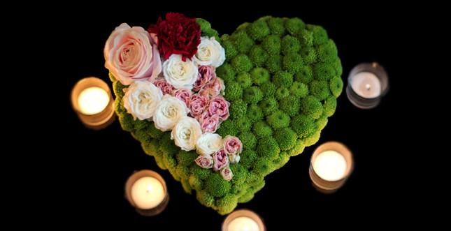 Cuore di fiori romanticissimo per una cena a due. Bluemilia Flower Studio
