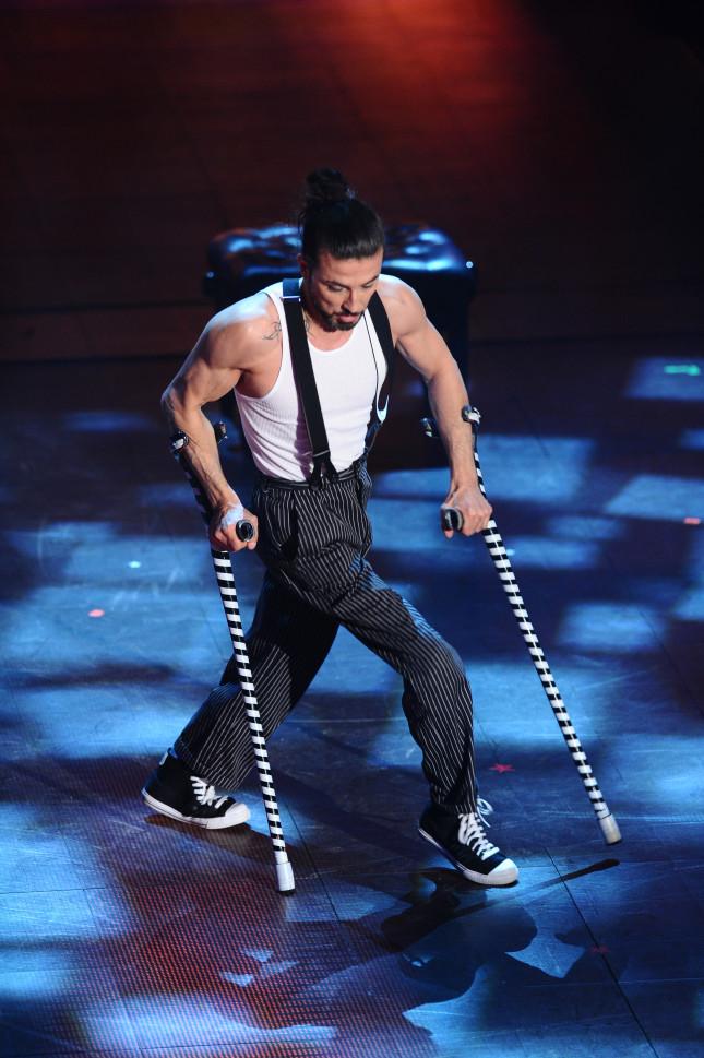 L'esibizione di Derging Tokmak, ballerino con le stampelle