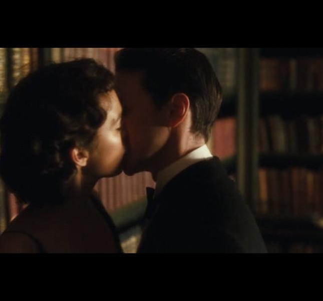 Il bacio segreto nella libreria suggella la drammatica storia d'amore tra Keira Knightley e James McAvory in 'Espiazione' (Joe Wright, 2007)