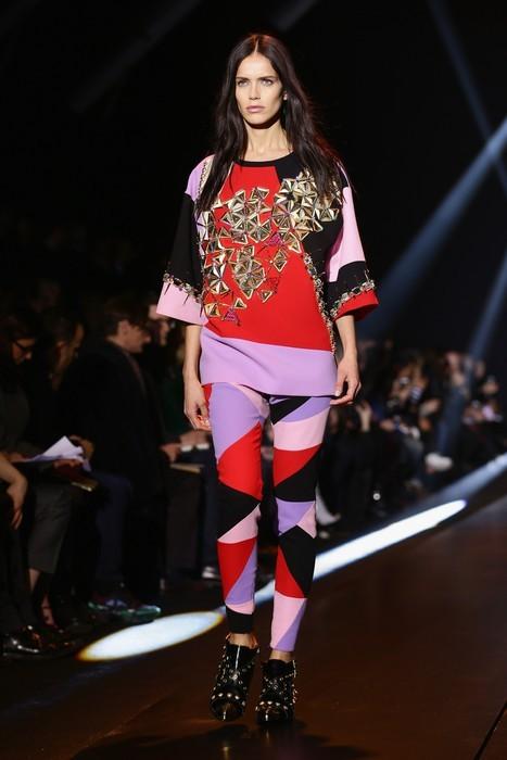Pantaloni mixati con diversi colori e maxi blusa impreziosita. Fausto Puglisi collezione autunno-inverno 2014-2015