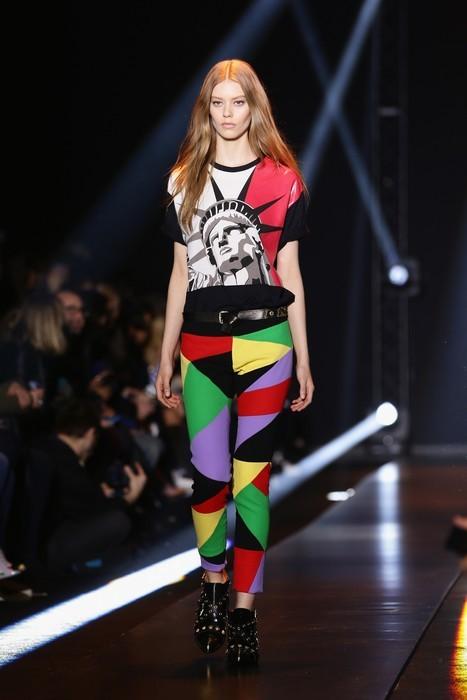Pantaloni colorati, t-shirt e boots neri. Fausto Puglisi collezione autunno-inverno 2014-2015