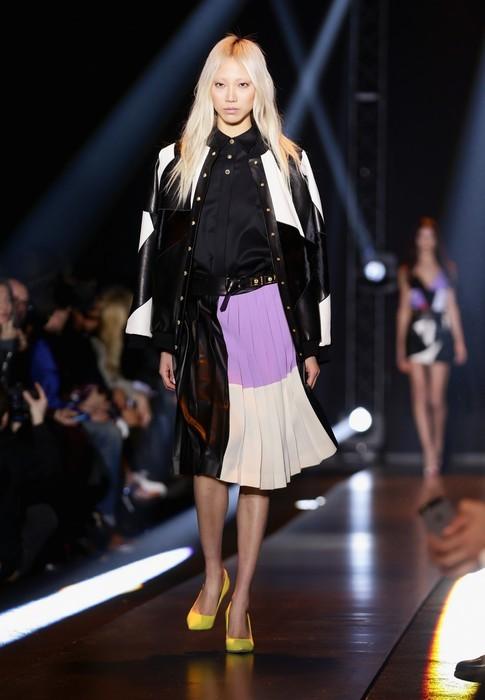 Gonna plissettata con giacca in pelle bianca e nera. Fausto Puglisi collezione autunno-inverno 2014-2015