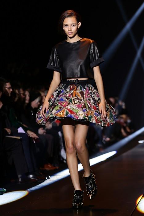 Crop top nero in pelle e gonna decorata con dettagli preziosi. Fausto Puglisi collezione autunno-inverno 2014-2015