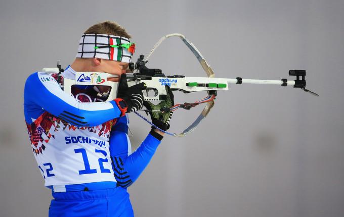 Lukas Hofer spara per il bronzo nell'ultima frazione della staffetta mista. Sarà una inattesa medaglia per l'Italia