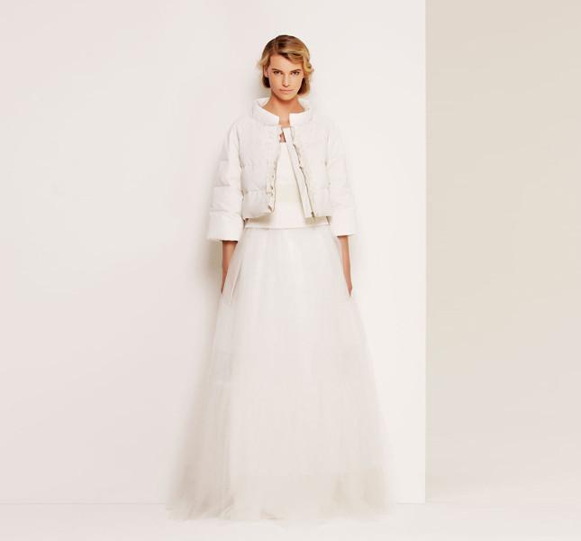 Per le spose più freddolose, giacchino imbottito e abito, tutto Max Mara Bridal Collection.