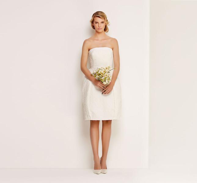 Anche in abito corto la sposa Max Mara è chic.